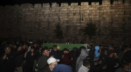Πλήθος κόσμου στην κηδεία του Παλαιστίνιου που σκοτώθηκε από ισραηλινά πυρά