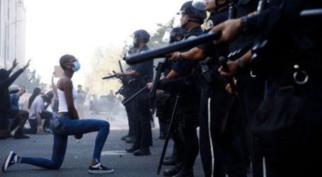 Διαδηλώτρια που γονάτισε μπροστά στο «τείχος» των αστυνομικών έγινε viral