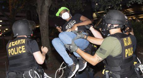 Δίωξη σε έξι αστυνομικούς που χτύπησαν με τέιζερ δύο φοιτητές μέσα στο αυτοκίνητό τους στην Ατλάντα