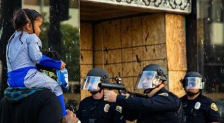 Αστυνομικός σημαδεύει με όπλο μικρό κοριτσάκι!