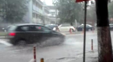 Καταρρακτώδης βροχή στη Θεσσαλονίκη – Πλημμύρισαν δρόμοι και υπόγεια