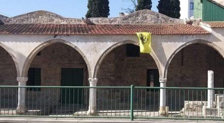Κρέμασαν βυζαντινή σημαία σε τζαμί στη Λάρνακα