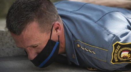 Ο αρχηγός αστυνομίας στη Μασαχουσέτη ξαπλώνει στο έδαφος με τους διαδηλωτές