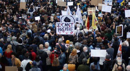 Διαδηλωτές κατά του ρατσισμού γονάτισαν στο Παρίσι