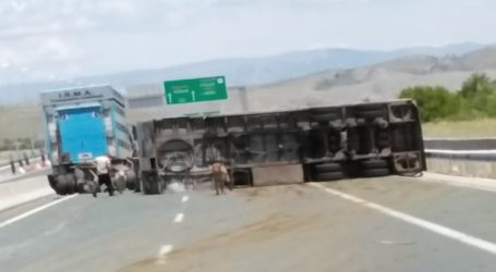 Ανατροπή φορτηγού που μετέφερε αγελάδες στην Εγνατία Οδό