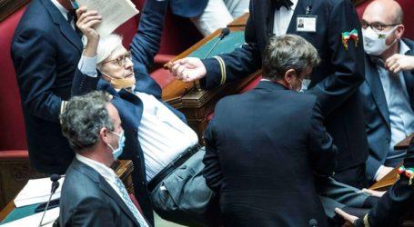 Βουλευτής απομακρύνθηκε «σηκωτός» από το ιταλικό κοινοβούλιο που έβριζε συναδέλφους του