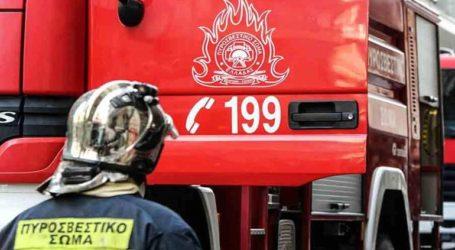 Τραυματίστηκαν δύο πυροσβέστες λόγω ανατροπής πυροσβεστικού οχήματος