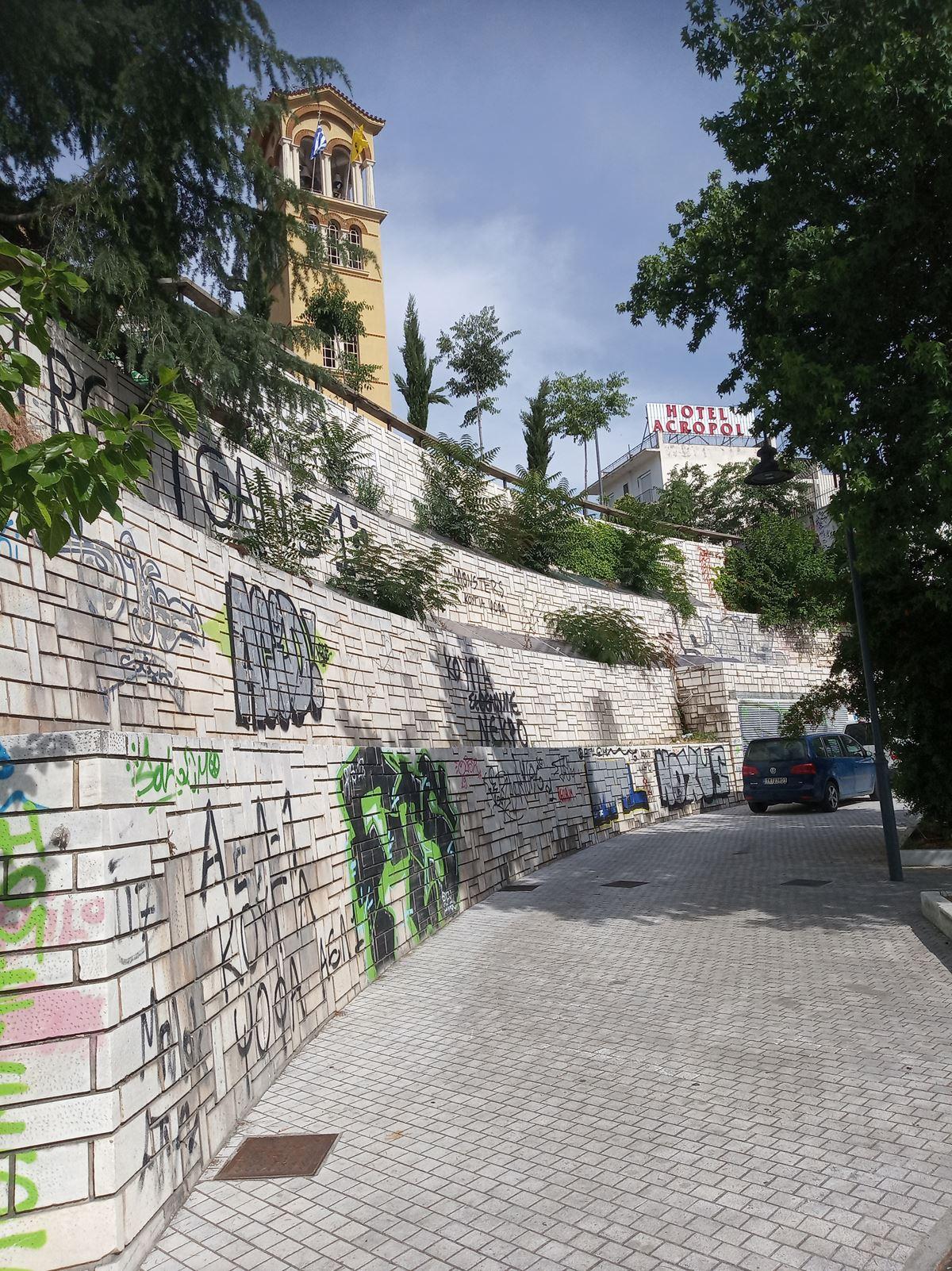 Λάρισα: Εικόνες εγκατάλειψης γύρω από τον Άγιο Αχίλλιο (φωτο)