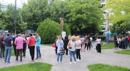 Λάρισα: Διαμαρτυρία γονέων στην Περιφέρεια για τα δημοτικά στη Νέα Σμύρνη (φωτο)