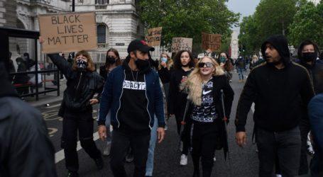 Με πατερίτσες στη διαδήλωση «Βlack Lives Matter» στο Λονδίνο η Madonna