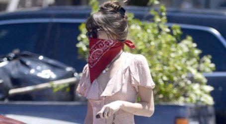 Η Dakota Johnson μας δείχνει μια fashionable εκδοχή για να φορέσουμε τη μάσκα προστασίας