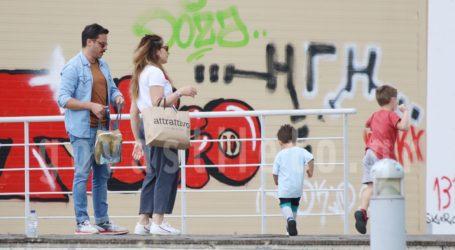 Δημήτρης Μακαλιάς & Αντιγόνη Ψυχράμη: Παιχνίδια με τον γιο τους στην Πλατεία Νερού