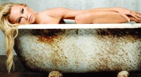 H 52χρονη Pamela Anderson ποζάρει ολόγυμνη στη νέα της καμπάνια