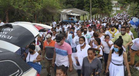 Πλήθος κόσμου στην κηδεία 16χρονου που σκοτώθηκε από αστυνομικά πυρά