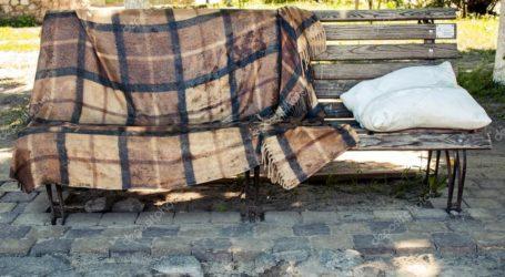 Το δράμα μίας οικογένειας στον Βόλο – Τους πέταξαν έξω από το σπίτι και κοιμούνται στα παγκάκια