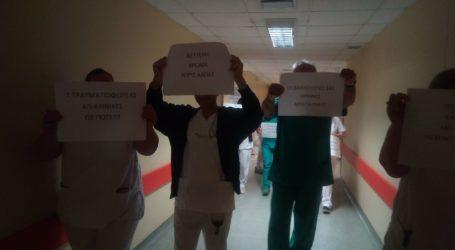 Σιωπηρή διαμαρτυρία πραγματοποίησαν οι τραυματιοφορείς του Πανεπιστημιακού Νοσοκομείου Λάρισας (φωτο – βίντεο)
