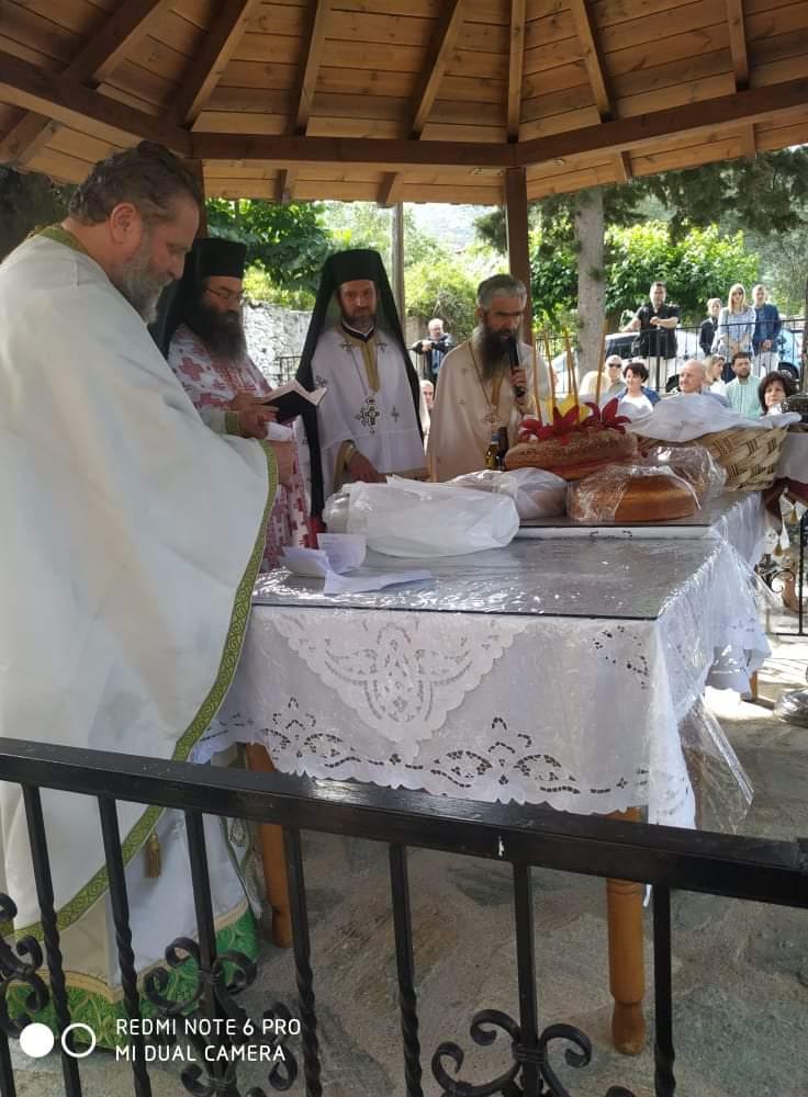 Στο Εξωκλήσι της Αγίας Τριάδος στη Ραψάνη ο Γιώργος Μανώλης για την εορτή του Αγίου Πνεύματος