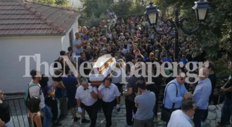 Συγκίνηση και πλήθος κόσμου στο τελευταίο αντίο του Βασίλη Μάγγου [εικόνες και βίντεο]