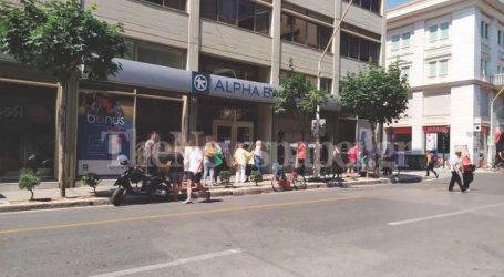 Βόλος: «Ουρές» ταλαιπωρίας στις τράπεζες εν μέσω καύσωνα [εικόνες]