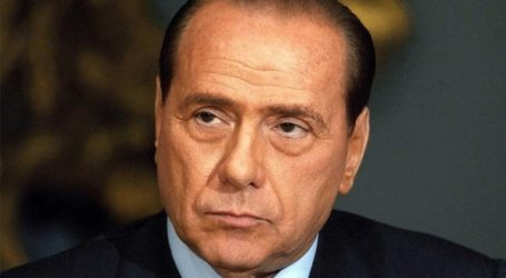 Ο Σίλβιο Μπερλουσκόνι έτοιμος να μπει στην κυβέρνηση, αλλά μόνο αν αποχωρήσουν τα Πέντε Αστέρια