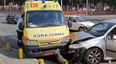 Αυτοκίνητο συγκρούστηκε με ασθενοφόρο του ΕΚΑΒ