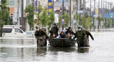 Χιλιάδες νοικοκυριά παραμένουν αποκομμένα εξαιτίας των πλημμυρών