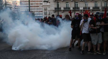 Συνολικά 9 συλλήψεις, 6 προσαγωγές και 6 τραυματίες αστυνομικοί στα επεισόδια έξω από τη Βουλή