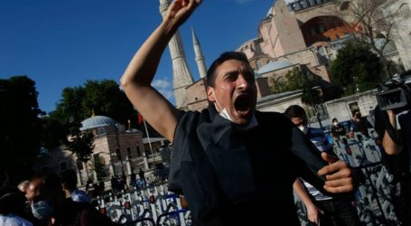 Οι Τούρκοι πανηγυρίζουν για τη μετατροπή της Αγίας Σοφίας σε τζαμί