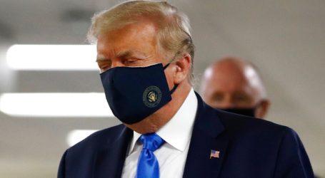 Για πρώτη φορά ο Τραμπ φορά δημόσια προστατευτική μάσκα