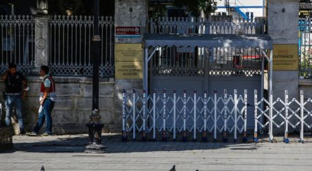 Οι Τούρκοι κατέβασαν τις πινακίδες που γράφουν «Μουσείο» στην Αγία Σοφία