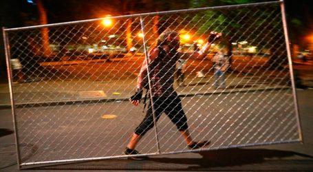 Ο δήμαρχος ζητά την αποχώρηση των ομοσπονδιακών στρατευμάτων μετά από μια ακόμη νύχτα βίαιων επεισοδίων