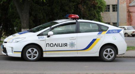Άνδρας οπλισμένος με χειροβομβίδα κρατά όμηρο έναν αστυνομικό