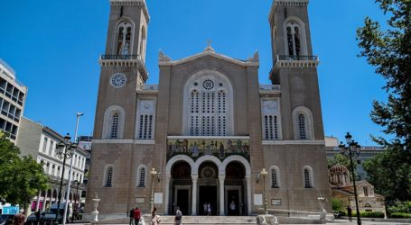 Ο Αρχιεπίσκοπος Ιερώνυμος ψάλλει τον Ακάθιστο Ύμνο στη Μητρόπολη Αθηνών