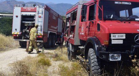 Δύο πυροσβέστες τραυματίστηκαν ελαφρά μετά την ανατροπή πυροσβεστικού οχήματος