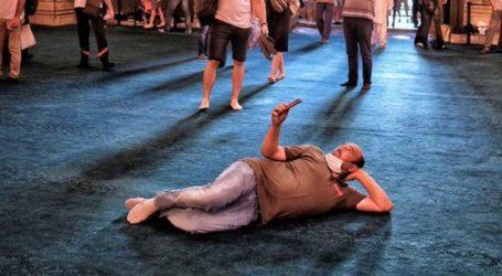 Ασέβεια στην Αγία Σοφία – Τούρκος ξάπλωσε στο τιρκουάζ χαλί και έβγαζε selfie
