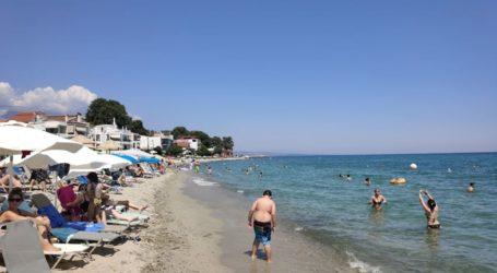 """Από νωρίς την Κυριακή """"βούλιαξαν"""" τις παραλίες του Πλαταμώνα οι Λαρισαίοι (φωτο)"""
