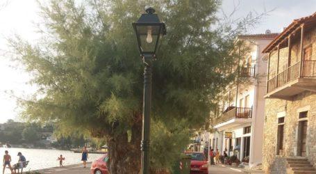 Αλλαγή παλαιών και φθαρμένων φωτιστικών στο παραλιακό μέτωπο του Νοτίου Πηλίου [εικόνες]