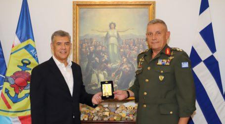 Συμβολική επίσκεψη Αγοραστού στον Αρχηγό ΓΕΕΘΑ στρατηγό Κ. Φλώρο