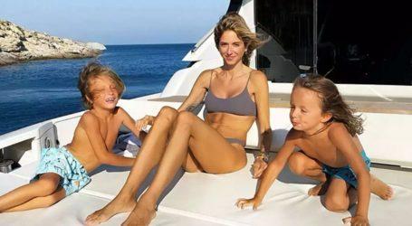 Σοφία Καρβέλλα: Διακοπές στη Μύκονο με τους γιου της