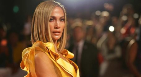 H Jennifer Lopez ποζάρει με μαύρα δερμάτινα εσώρουχα και ρίχνει το Instagram