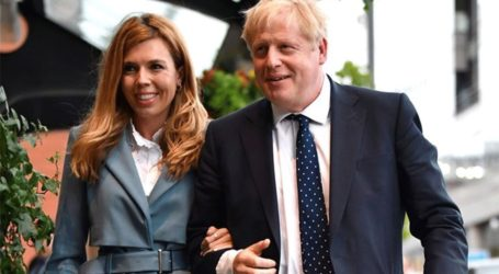 Ο Boris Johnson ποζάρει για πρώτη φορά δίπλα στον νεογέννητο γιο του