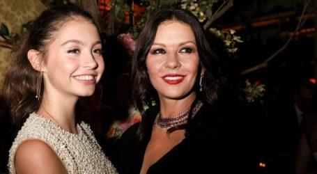 Η Catherine Zeta Jones φωτογραφίζει την κούκλα 17χρονη κόρη της!