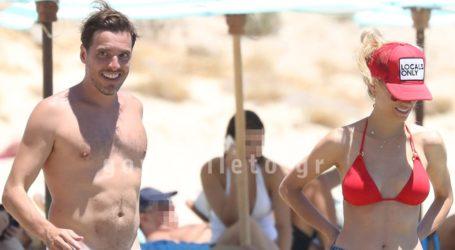 Δούκισσα Νομικού – Δημήτρης Θεοδωρίδης: Βουτιές και παιχνίδια σε παραλία της Μυκόνου