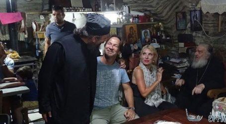 Ελένη Μενεγάκη: Με τον Μάκη Παντζόπουλο και τη μητέρα της σε μοναστήρι της Άνδρου