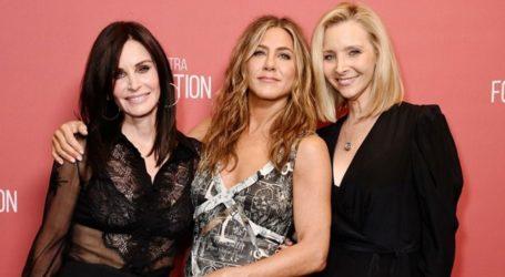 Jennifer Aniston, Courteney Cox, και Lisa Kudrow πρωταγωνιστούν σε χιουμοριστικό βίντεο reunion των Friends