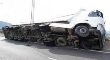 Ανετράπη φορτηγό έξω από τον Βόλο