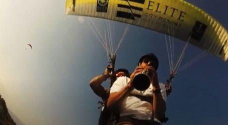 Λάρισα: Έπαιξε κλαρίνο στον αέρα… πετώντας με Πάρα Πέντε (βίντεο)