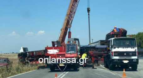 Με ειδικό γερανό η επιχείρηση απομάκρυνσης της νταλίκας που ντελαπάρισε έξω από τη Λάρισα (φωτο)