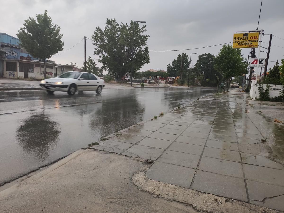 Βροχερό τοπίο η Λάρισα το απόγευμα της Κυριακής - Δείτε φωτογραφίες