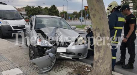 ΤΩΡΑ: Τροχαίο ατύχημα στον Βόλο – Έπεσε με το ΙΧ πάνω σε δέντρο [εικόνες]